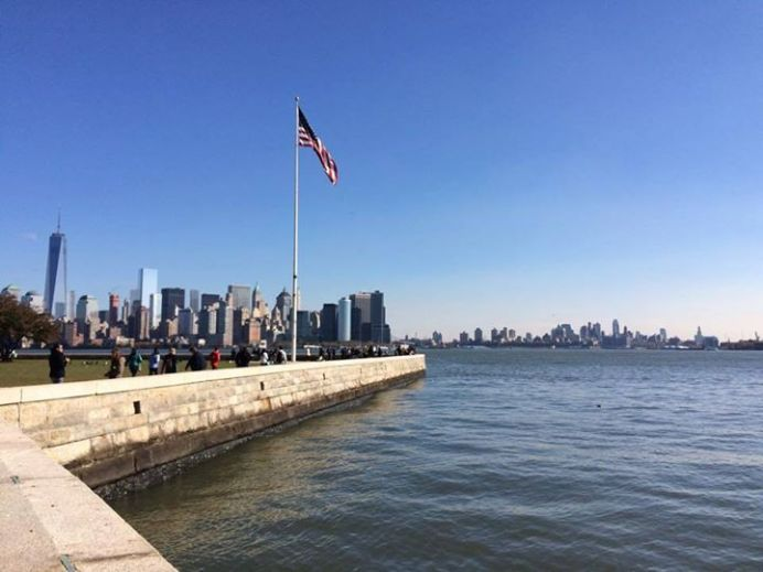 Le drapeau américain flotte fièrement sur Ellis Island