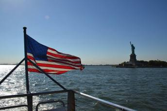 Deux symboles de l'Amérique sur une seule photo : la bannière étoilée et la statue de la Liberté