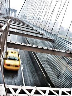 Taxi filant sur le pont de Brooklyn