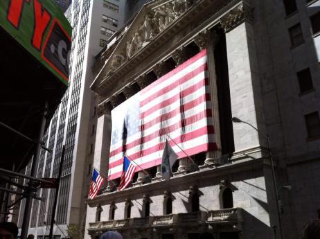 La façade de la bourse de New York drapée de la bannière étoilée
