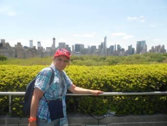 Micheline posant sur le toit du MET, avec Midtown en fond