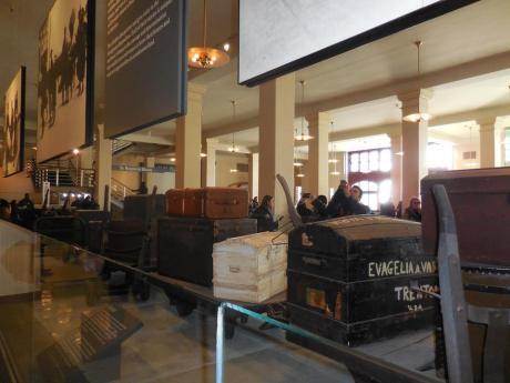 Valises et malles attendent leurs propriétaires