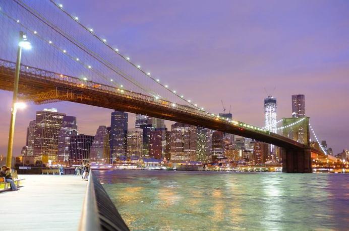 Le pont de Brooklyn de nuit