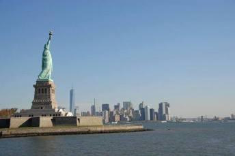 La statue de la Liberté et la skyline de Manhattan en fond