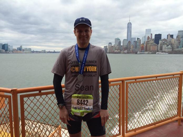 Sean posant sur le ferry de Staten Island, avec la skyline de Manhattan en fond. (Photo Nathalie)