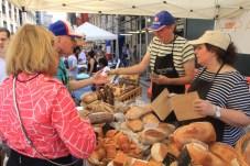 Le pain est français mais la monnaie rendue en dollars ! (Photo Didier Forray)