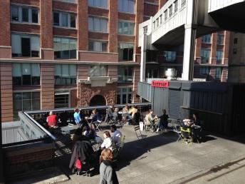Au pied du Chelsea Market. (Photo Laurence Bajeux)