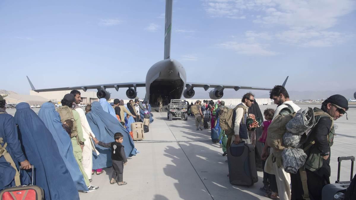 Centenas de norte-americanos e afegãos embarcam em avião C-17 da Força Aérea dos EUA no Aeroporto Internacional Hamid Karzai, em Cabul