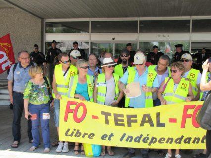 FO TEFAL- Manifestation Annecy soutien à l'inspectrice du travail Laura Pfeiffer face à Tefal (CNT - SUD - CGT - FO - FSU - CFDT - UNSA)