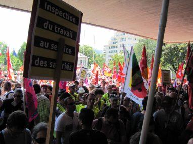 Manifestation Annecy soutien à l'inspectrice du travail Laura Pfeiffer face à Tefal devant le tribunal d'Annecy