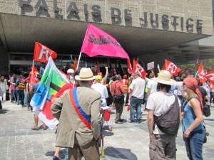Manifestation Annecy soutien à l'inspectrice du travail Laura Pfeiffer face à Tefal devant le palais de justiced'Annecy