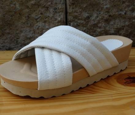 http://articulo.mercadolibre.com.ar/MLA-614537466-sandalias-cruzadas-blancas-negras-plataf-tipo-birkenstock-_JM