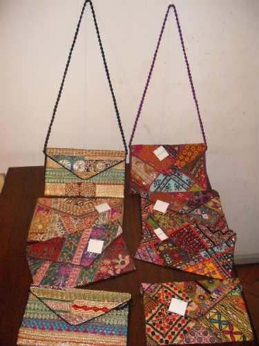 http://articulo.mercadolibre.com.ar/MLA-613944895-carteras-sobre-directos-de-la-india-bordadas-_JM
