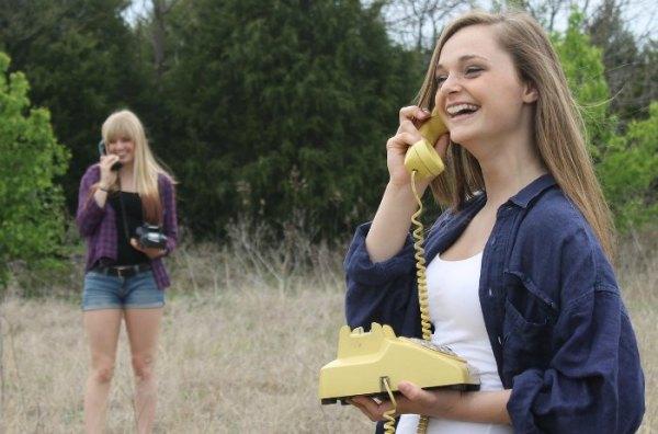Afbeelding van meisjes die aan het bellen zijn gevonden communicatie-tips op coachingmetsanne.com gesprekken voeren