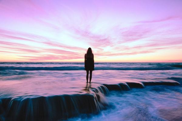foto van vrouw op het strand met zonsondergang life coach den haag inspirerend filmpje
