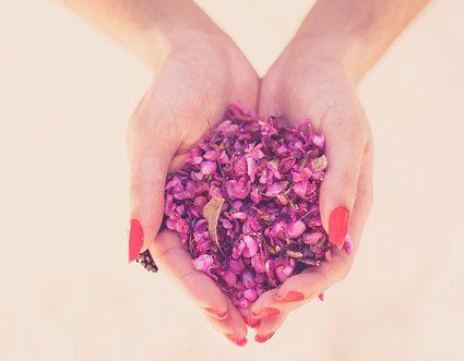 Afbeelding handen vol bloemblaadjes