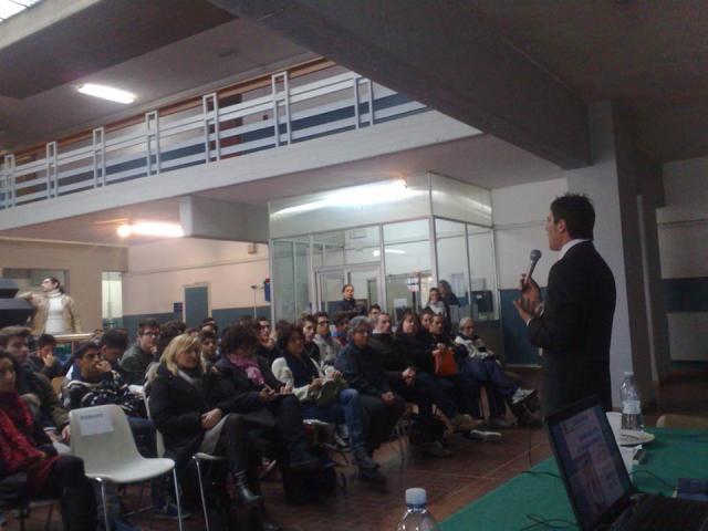 Giancarlo Fornei, mentre parla alla platea, durante la conferenza all'Itis Galilei di Avenza Carrara - 19 dicembre 2013
