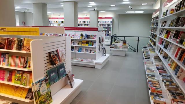 bookstore Mondadori Massa