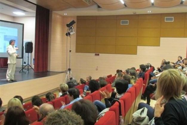 Il coach motivazionale Giancarlo Fornei sul palco del Teatro Comunale di Carisolo durante la sua conferenza sull'autostima del 31 maggio 2016...