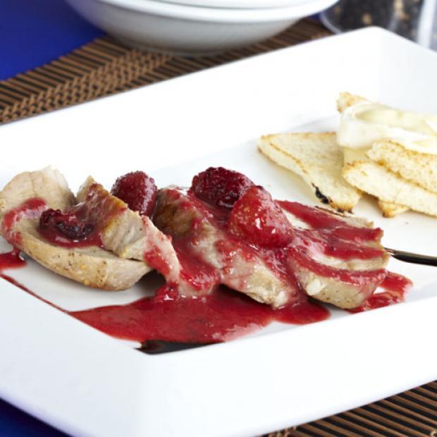 Lomo de cerdo con salsa de frutos rojos receta por