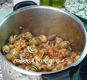 mezclando-sofrito-salsa-caracoles