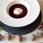 Helado casero de yogur griego sin heladera y sopa de frutos rojos