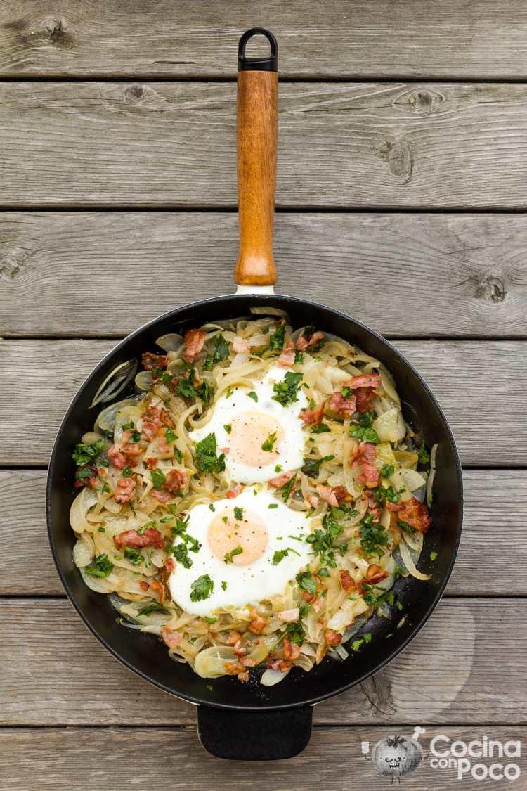 sartén huevos cebolla chorizo