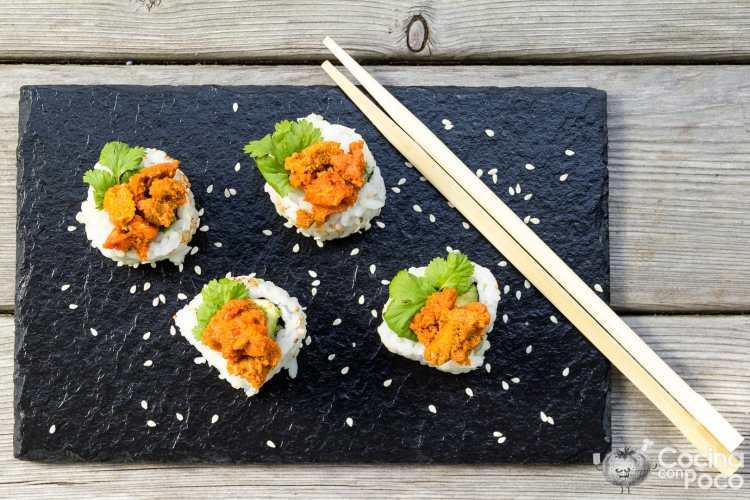 Uramaki sushi de caviar de erizos