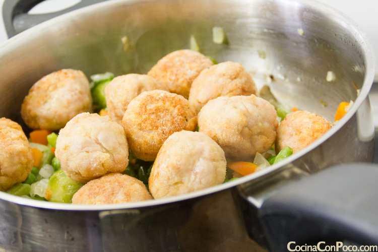 albondigas de carne caseras en salsa con verduras