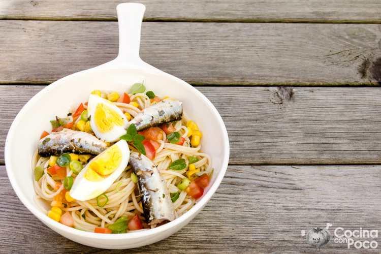 ensalada de pasta con sardinas y huevo duro