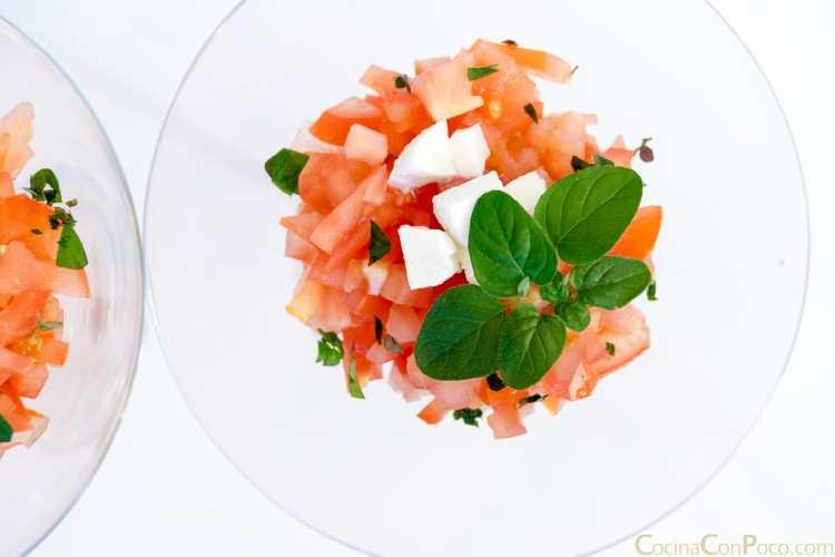 Ensalada de tomate y queso fresco.