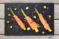 espárragos con salmón ahumado