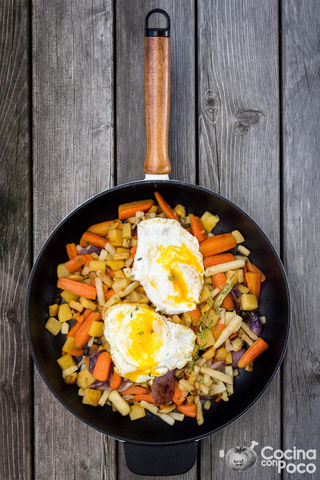 Huevos rotos con zanahoria, apionabo, colinabo y chalotas - versionando la receta clásica de Casa Lucio