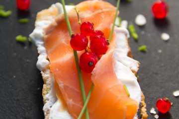 Montadito de salmón ahumado y queso de untar