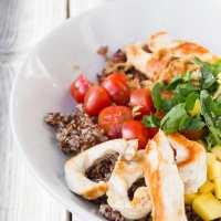 Bowl de pollo, arroz, quinoa y aguacate