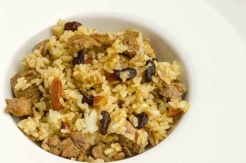 Arroz estilo oriental con curry, carne de cordero y frutos secos