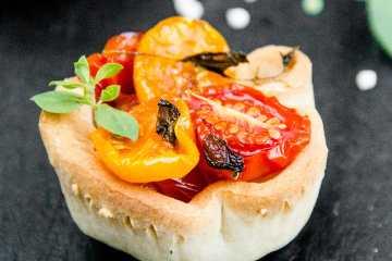 Tomates cherry al horno con aceite de oliva y hierbas aromáticas
