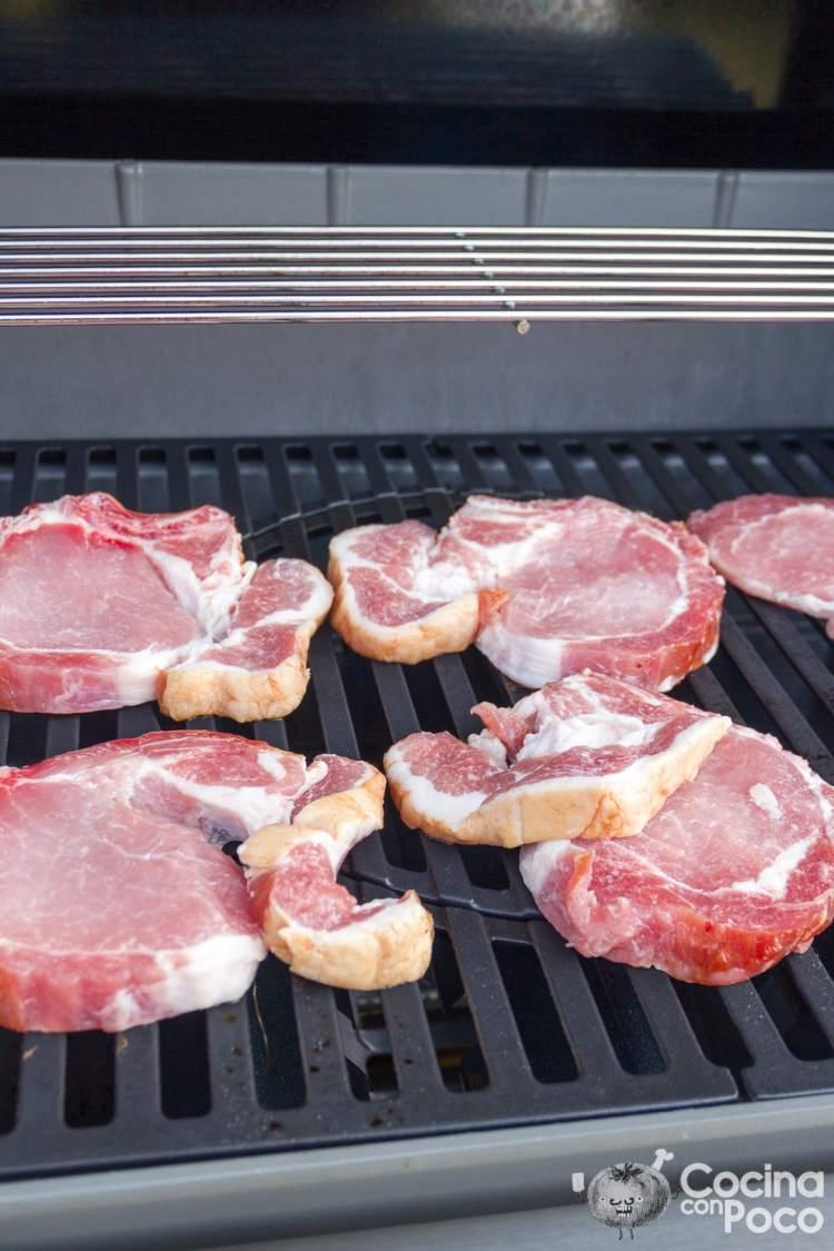 Chuletas de cerdo a la parrilla o barbacoa