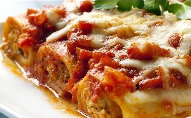 Canelones de carne con salsa roja y queso
