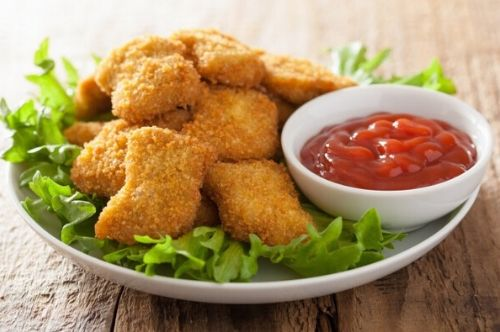 Nuggets de pollo con ensalada aguacate y cebolla