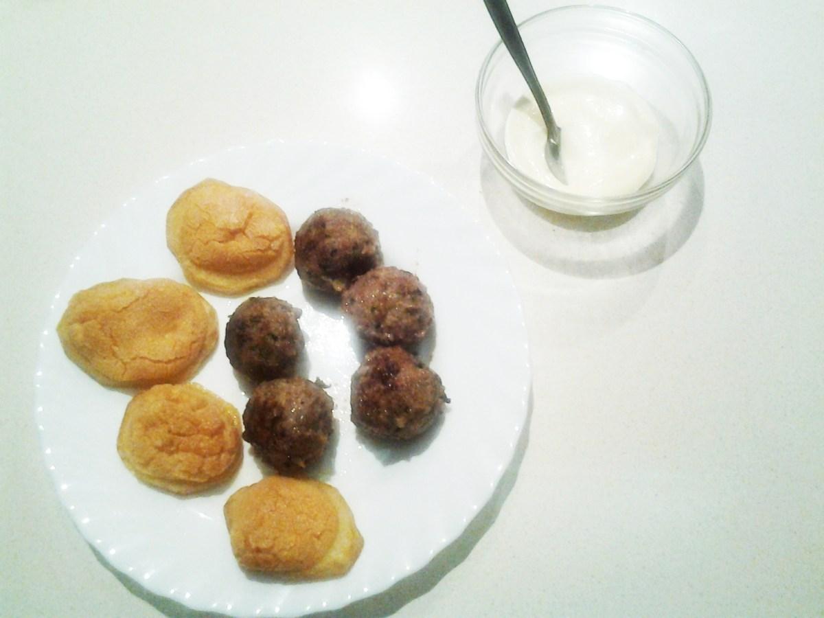Albóndigas con patatas gratinadas al alioli