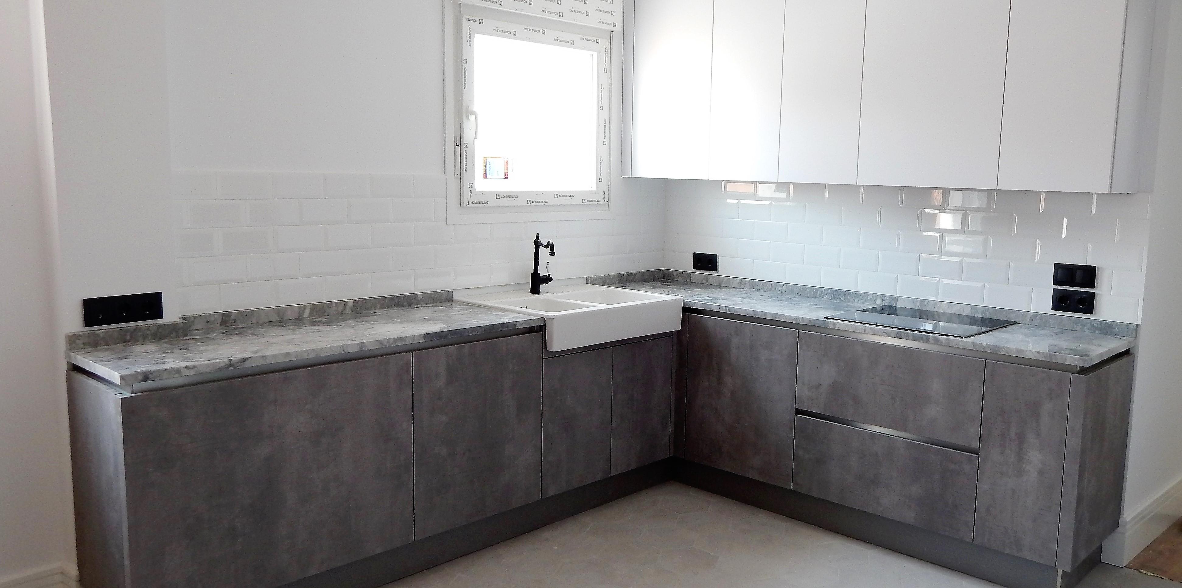 Muebles de cocina blanco y hormign gris perla