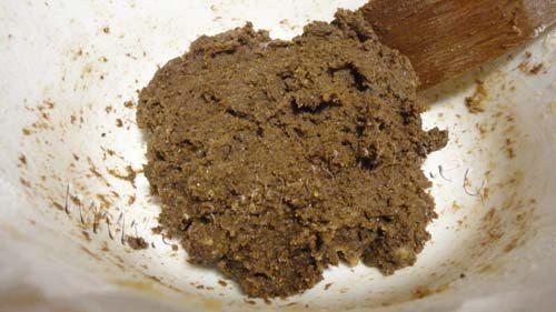 Cookies de algarrobas y piñones: añade harina de trigo y de algarroba