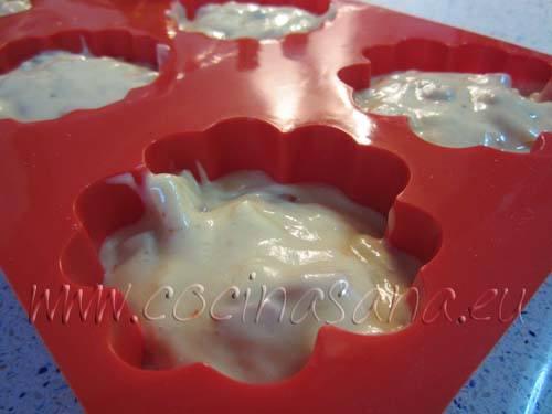 vierte la mezcla en moldes para muffin llenado las dos terceras partes