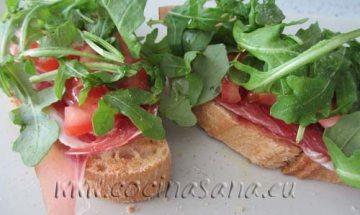 Tapas de jamón, rucula y tomates