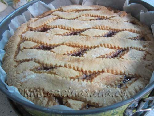 Hornea la crostata en el horno precalentado a 200ºC y déjala cocer durante unos 25 minutos