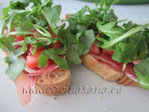 Como hacer una tapa de jamón, tomate y rúcula