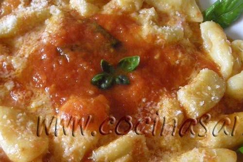 vuelve a ponerlos en la olla y echa la salsa de tomates, trocitos de mozzarella y queso parmigiano rallado y…Buen provecho!