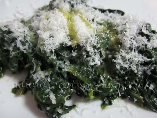 Vierte las espinacas en un plato y echa encima el parmigiano rallado, para decorar e igualmente para darle mucho sabor a tu sencilla receta con este toque no te arrepentirás de comerlas