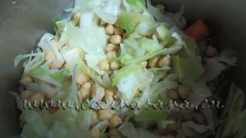 Luego echa el repollo, remueve, deja las verduras sobre el fuego unos minutos antes de echar los garbanzos